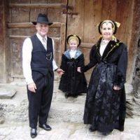 Mariage d'antan avec costumes traditionnels en juillet